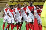Французский нападающий «Монако» Кайлиан Мбаппе Лоттин (3 слева) поздравляет товарищей по команде, забив гол в матче французского футбольного матча L1 Монако (АНМ) против Нанта (FCN) на стадионе «Луи II» в Монако