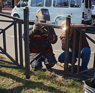 Восстановительные работы на улице Чавчавадзе в Батуми после беспорядков