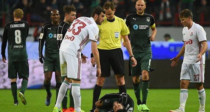 Футбол. Соломон Квирквелия помогает травмированному Торнике Окриашвили