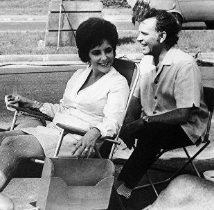 Киноактриса Элизабет Тейлор и ее муж актер Ричард Бартон сидят в тени во время перерыва в съемках фильма «Комедианты» в Котону, Дагомеи (Бенин) в Западной Африке 25 января 1967 года
