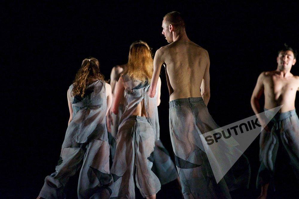 Танцевальный коллектив Candoco Dance Company был основан в 1991 году. И хотя сегодня в Великобритании есть и другие инклюзивные танцевальные коллективы, Candoco остается лидером среди подобных практик