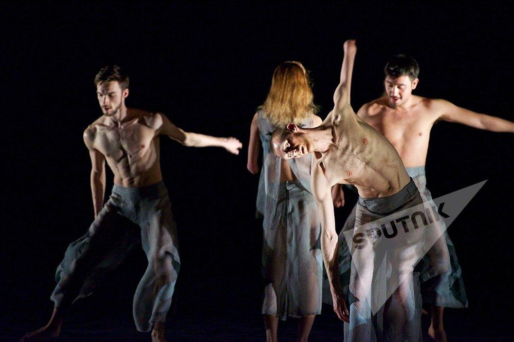Выступление необычного танцевального коллектива Candoco в столице Грузии состоялось на сцене государственного драматического театра им. Котэ Марджанишвили