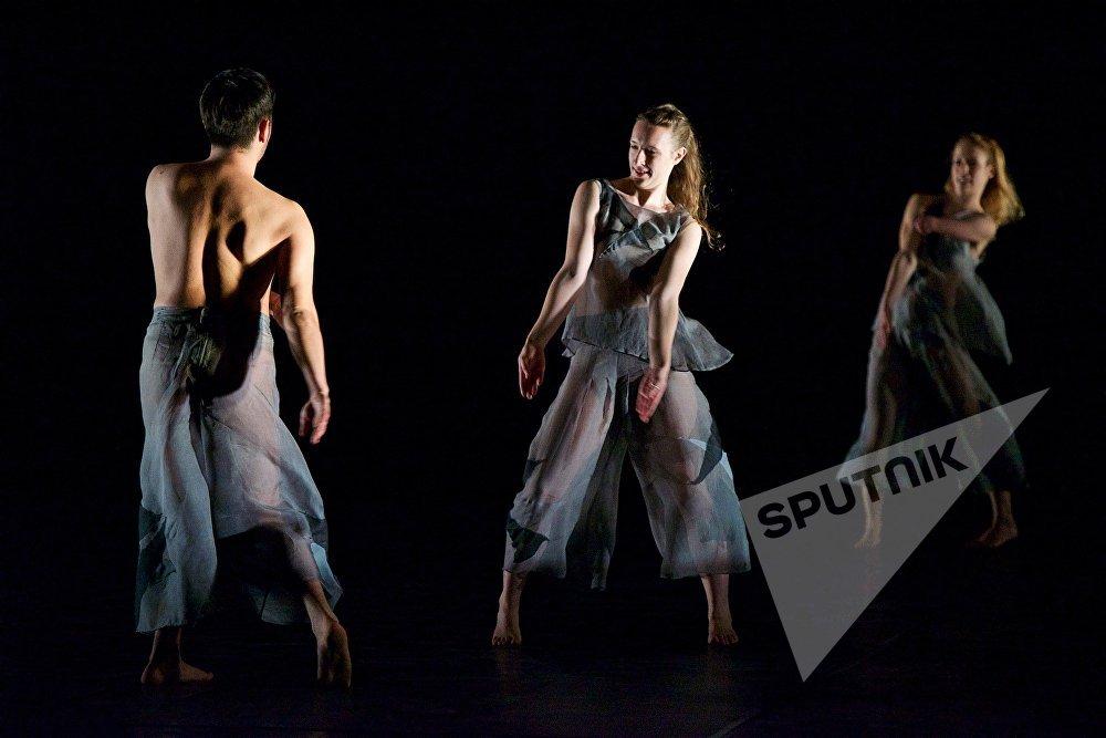 В Тбилиси Candoco Dance Company показали две свои самые эффектные и яркие постановки - спектакль Beheld (Узревший) и перформанс Set and Reset/ Reset (Установка и перезагрузка/перезагрузка)