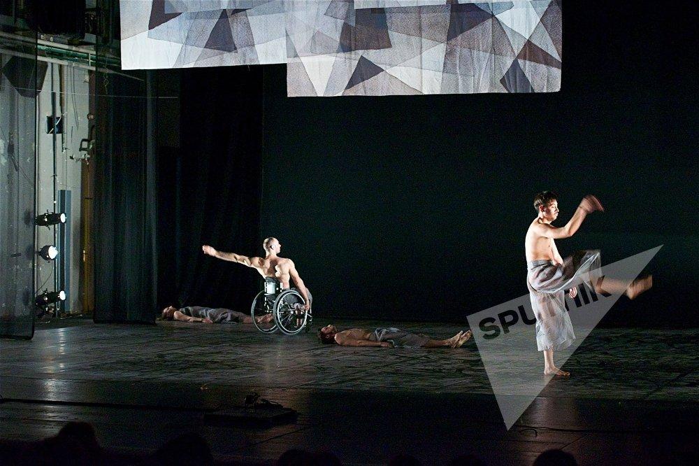 Beheld в постановке Александра Витли – эффектный, зрелищный спектакль. Его премьера состоялась в 2015 году. В этой работе хореограф стремится показать свой взгляд на возможности и ограничения окружающей среды, которые диктуют людям, как жить, как воспринимать себя и как смотреть на мир