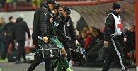 Футбол. Торнике Окриашвили покидает поле с помощью врачей