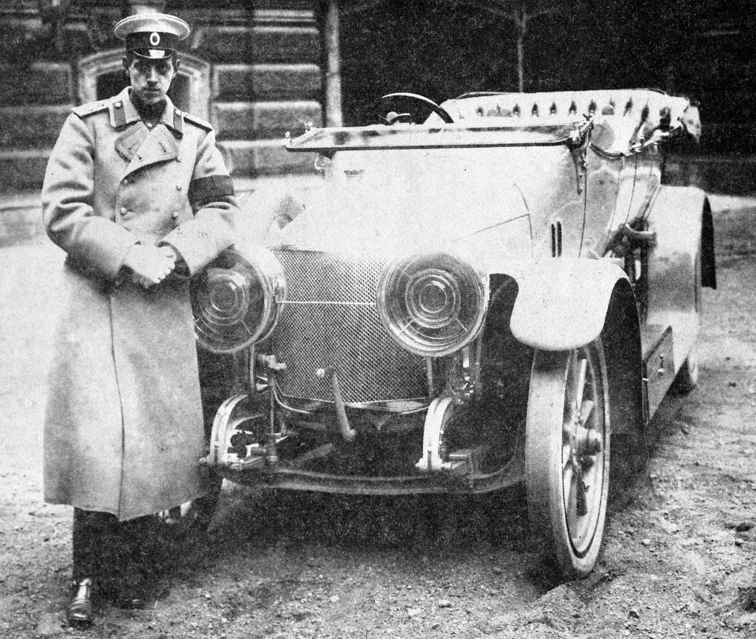 Великий князь Дмитрий Павлович стоит облокотившись на автомобиль