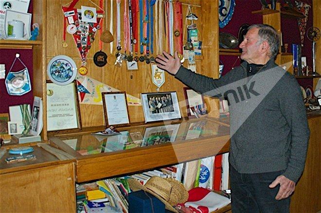 Участник двух Олимпийских Игр в соревнованиях по прыжкам с трамплина Коба Цакадзе показывает свои награды