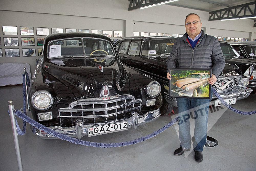 Основатель Тбилисского автомузея, коллекционер Георгий Мамулашвили у автомобиля ГАЗ-12, представленного в частном автомобильном музее в столице Грузии. На снимке - коллекционер наглядно показывает, каким был этот автомобиль до восстановления