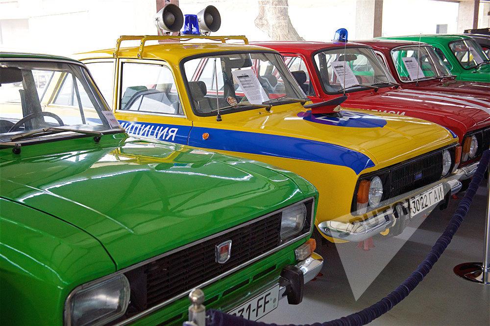 ავტომობილები Москвич-412, თბილისის კერძ ავტომუზეუმში. ექსპონატებს შორის არის მილიციისა და სახანძრო სამსახურის მანქანები. რაც უმთავრესია - თბილისის ავტომუზეუმში ყველა მანქანა გაამრთულია