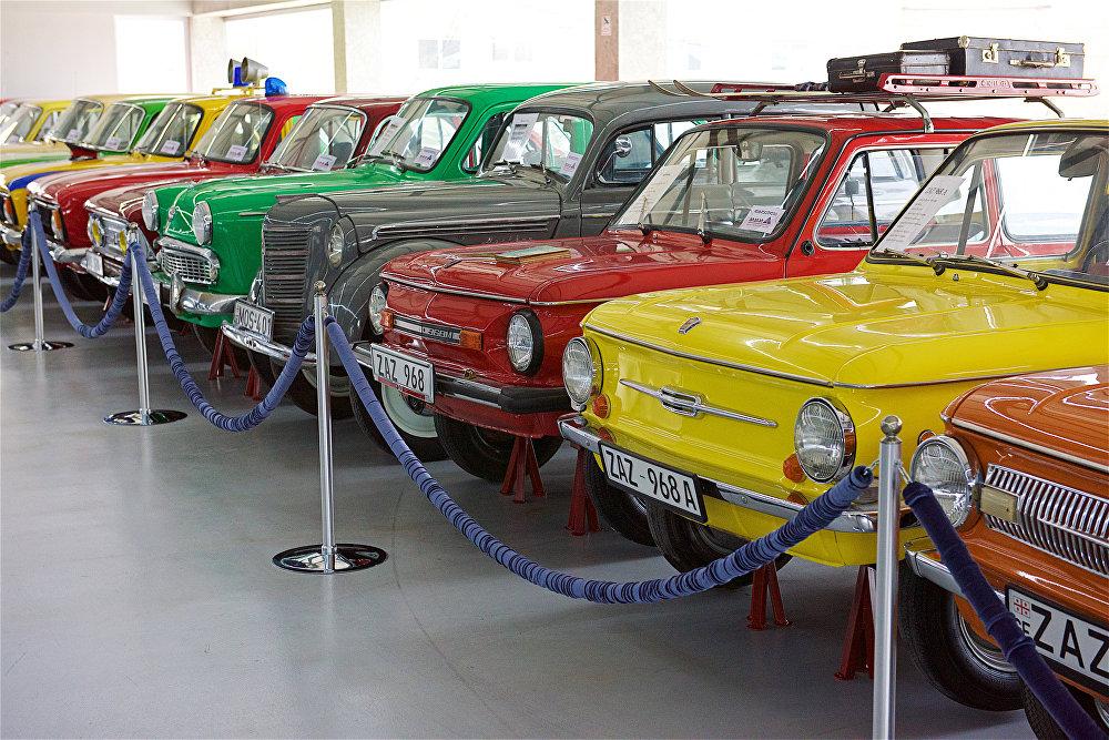 ავტომობილები ЗАЗ -968 (წინა პლანზე) თბილისის ავტომუზეუმში