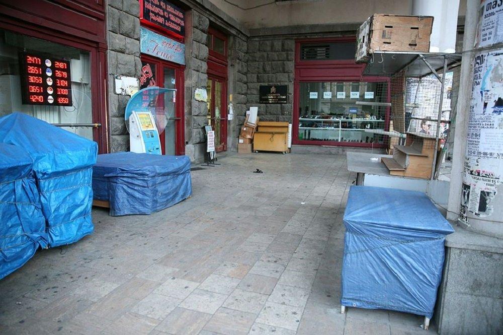 Сотрудники городской службы Тбилисской мэрии принимают участие в мероприятиях по борьбе с уличной торговлей