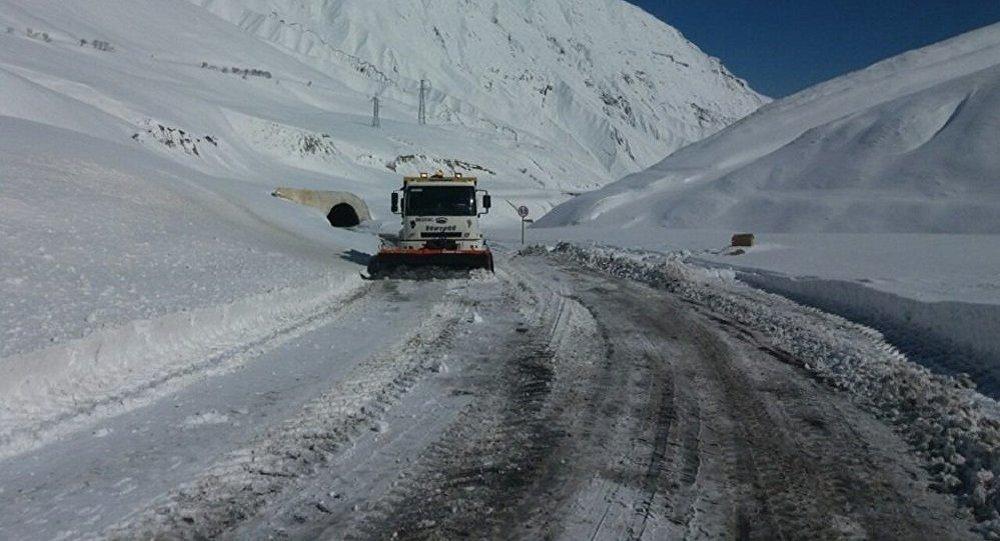 Расчистка от снега Военно-Грузинской дороги