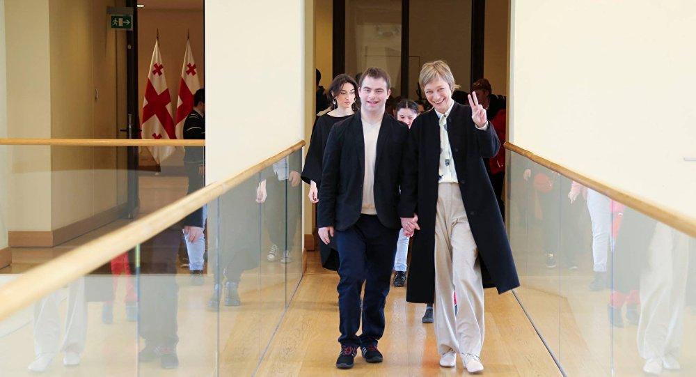 Люди с синдромом Дауна побывали во дворце президента Грузии