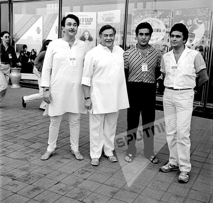 Известный индийский актер и режиссер Радж Капур с сыновьями Рандхиром, Радживом и Риши на XIII Московском Международном кинофестивале