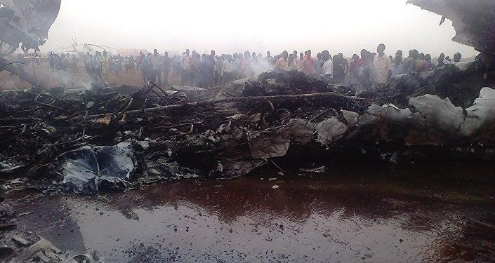 Люди собрались возле обломков самолета в северо-западном городе Вау в Южном Судане