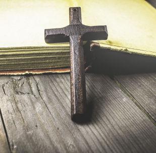 Деревянный крест на открытой книге