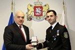 Глава МВД Грузии Георгий Мгебришвили наградил капитана-лейтенанта Папуну Давитая орденом