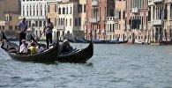 В Венеции автомобиль встречается редко. Здесь котируются водные средства передвижения. Поэтому гондола стала самым необычным водным такси в мире. И пусть прокатиться на гондоле удовольствие не из дешевых, почувствовать прелесть этого города можно, только воспользовавшись таким необычным видом транспорта  Источник: http://ka3an.net/taksi-zakazy-vali-samy-e-neoby-chny-e-taksi/