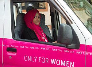 ქალებისათვის განკუთვნილ ვარდისფერ ტაქსის შეხვდებით დუბაიშიც. ეს ავტომობილები ემსახურებიან მხოლოდ ქალებს. ასეთი ტაქსების ძღოლებიც ქალები არიან. ავტომობილის სალონში მგზავრებს შეუძლიათ უყურონ ტელევიზორს, მოუსმინონ სასურველ მუსიკას, გაიკეთონ მაკიაჟი ან უბრალოდ საკუთარი თავის ყურებით დატკბნენ სპეციალურად დამონტაჟებულ სარკეში