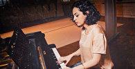 Пианистка Ана Кипиани за роялем в ТЦ ГУМ на Красной площади в Москве