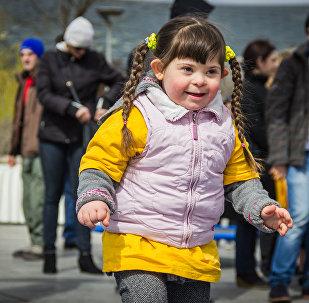 Девочка участвует в мероприятиях в парке Рике для детей с синдромом Дауна