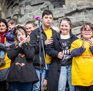 Праздник для солнечных детей: спортивные игры и концерт в Тбилиси