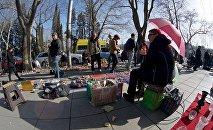 Торговцы и туристы на блошином рынке на Сухом мосту в центре Тбилиси
