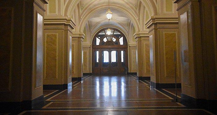 Вид на главный вход из внутренних помещений театра им. Шота Руставели