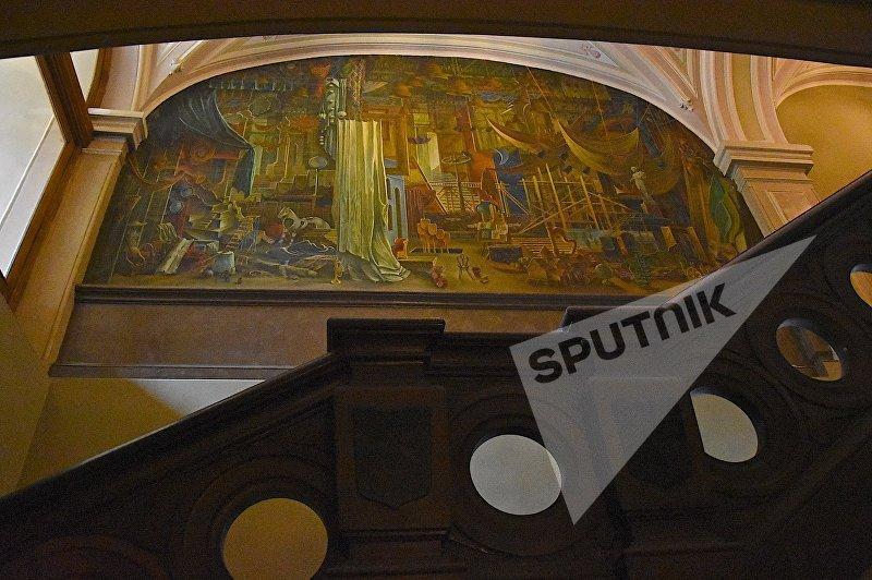 Рисунки и фрески на стенах внутренних помещений в театре Руставели