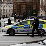 პოლიციის შეიარაღებული თანამშრომლები ლონდონში, უესტმინსტერის ხიდთან ახლოს მომხდარი ტერაქტის ადგილზე