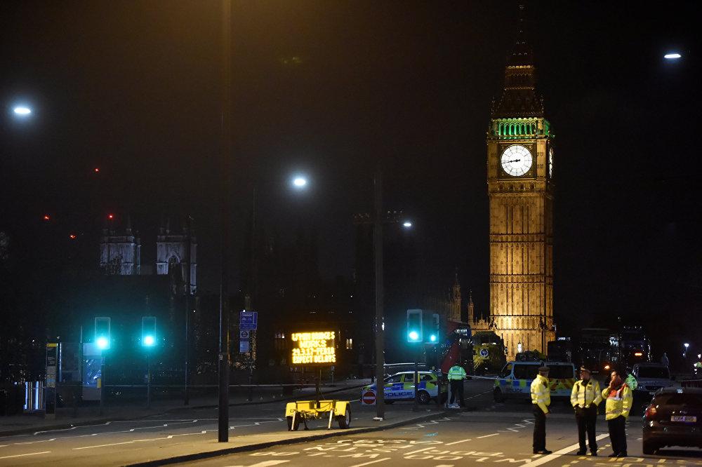 პოლიციის თანამშრომლები უესტმინსტერის ხიდთან მომხდარი ტერაქტის ადგილზე ლონდონში