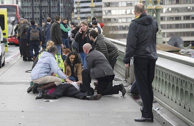 ხალხი დაშავებულებს ეხმარება ლონდონის პარლამენტის შენობასთან