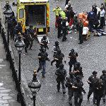 პოლიციის შეიარაღებული თანამშრომლები, კრიმინალისტები და საგანგებო სიტუაციების სამსახურების თანამშრომლები ლონდონში, უესტმინსტერის ხიდის მახლობლად მომხდარი ტერაქტის ადგილზე