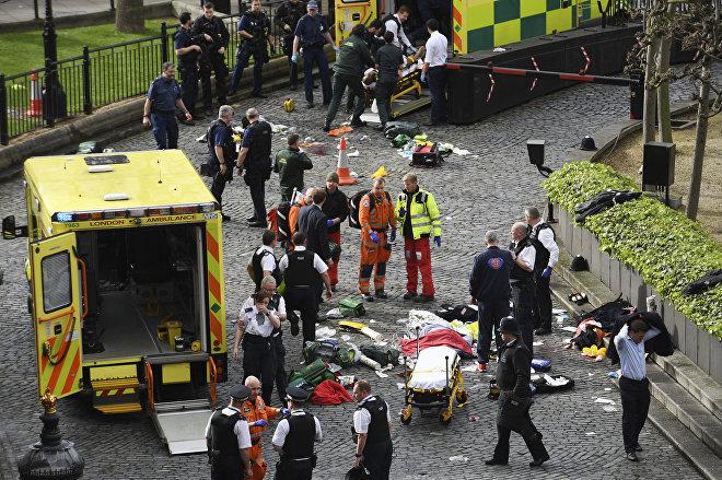სასწრაფო დახმარების მანქანები და საგანგებო სიტუაციების სამსახურების თანამშრომლები ლონდონში მომხდარი ტერაქტის ადგილზე უესტმინსტერის ხიდთან