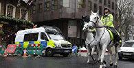 Полицейские на лошадях патрулируют территорию у Вестминстерского моста в Лондоне после нападения