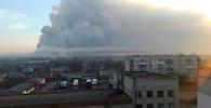 Дым поднимается над складом, где хранятся боеприпасы танков на военной базе в городе Балаклая, Харьковская область, Украина