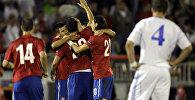 Игроки сборной Сербии радуются забитому голу в ходе матча с командой Фарерских островов