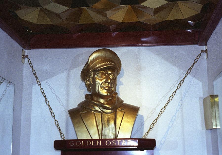"""ოსტაპ ბენდერის ბიუსტი კლუბ """"ოქროს ოსტაპის ვესტიბიულში."""