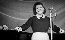 Народная артистка РСФСР певица Клавдия Шульженко во время выступления