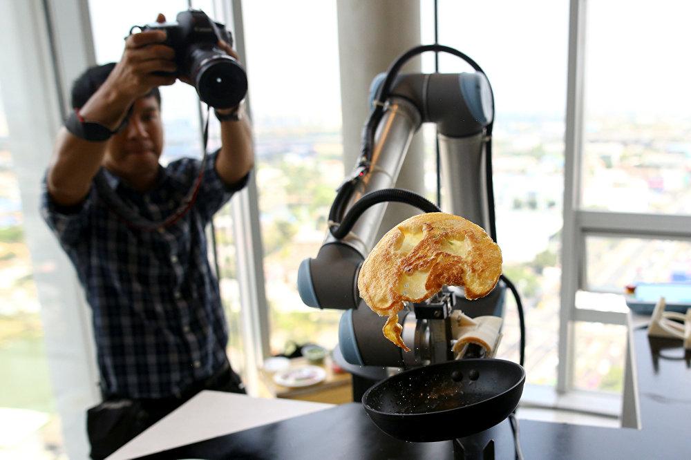 რობოტი ამზადებს ომლეტს ბანგკოკში გამართულ გამოფენაზე
