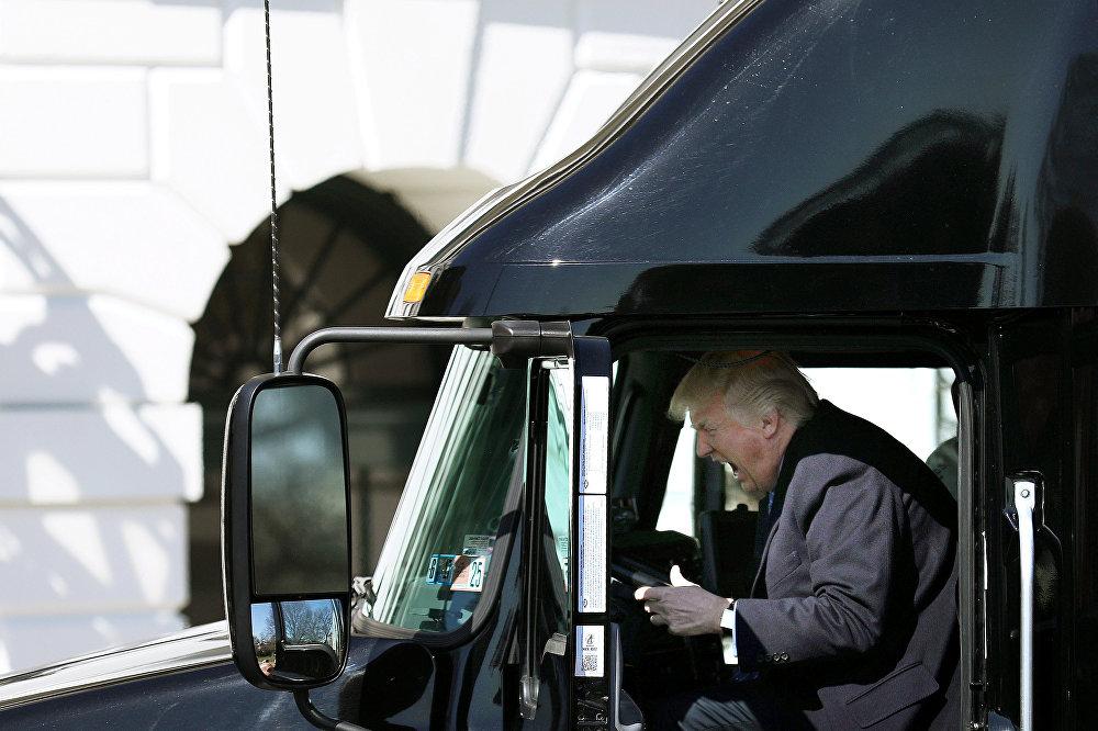 აშშ-ის პრეზიდენტი დონალდ ტრამპი სატვირთოს მძღოლის როლს ირგებს ამერიკის ტვირთმზიდი ასოციაციების ლიდერებთან შეხვედრის დროს