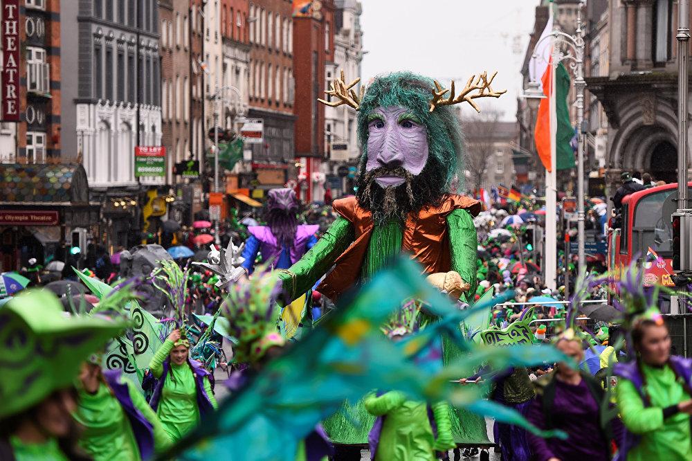 აღლუმი წმინდა პატრიკის დღესასწაულთან დაკავშირებით დუბლინში, ირლანდია