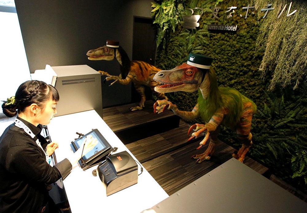 რობოტი-დინოზავრები ხვდებიან სასტუმროს თანამშრომელს, რომელიც უჩვენებს, თუ როგორ ხდება რეგისტრაციის გავლა ახალ სასტუმროში Henn na Maihama Tokyo Bay ურაიასუში, ტოკიოს აღმოსავლეთით, იაპონია