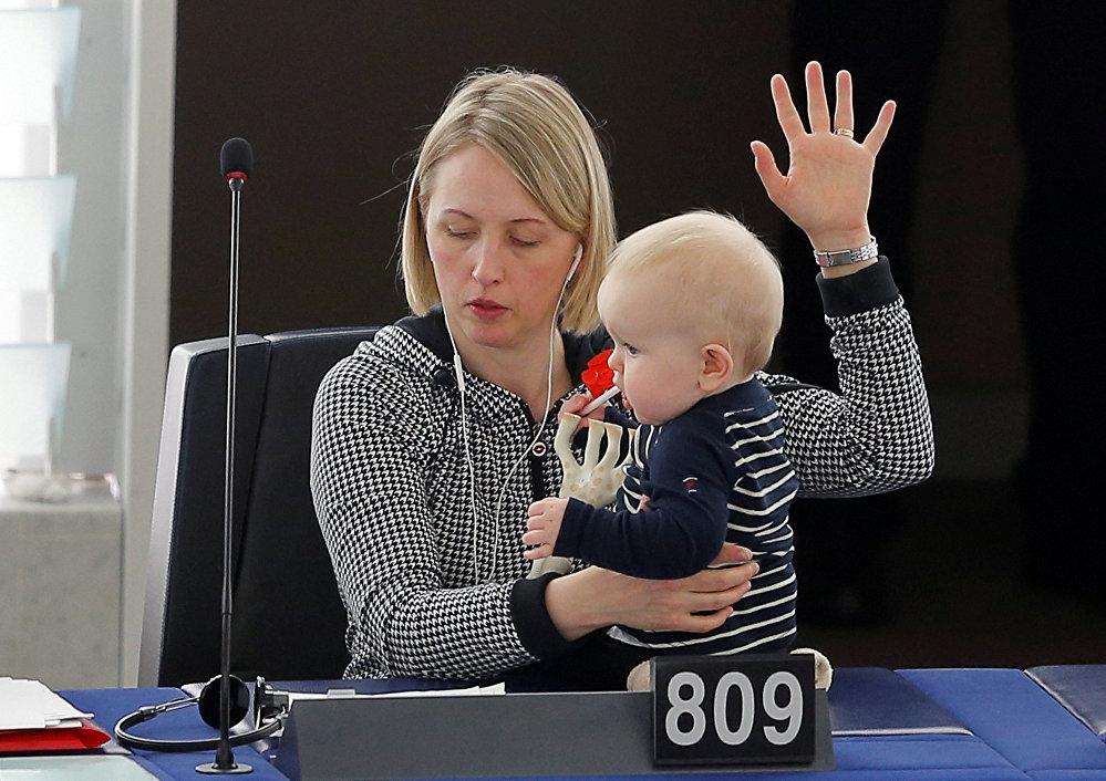 ევროპარლამენტის შვედი წევრი ჟიტე გუტელანდი სტრასბურგში ხმის მიცემის დროს ბავშვთან ერთად, საფრანგეთი