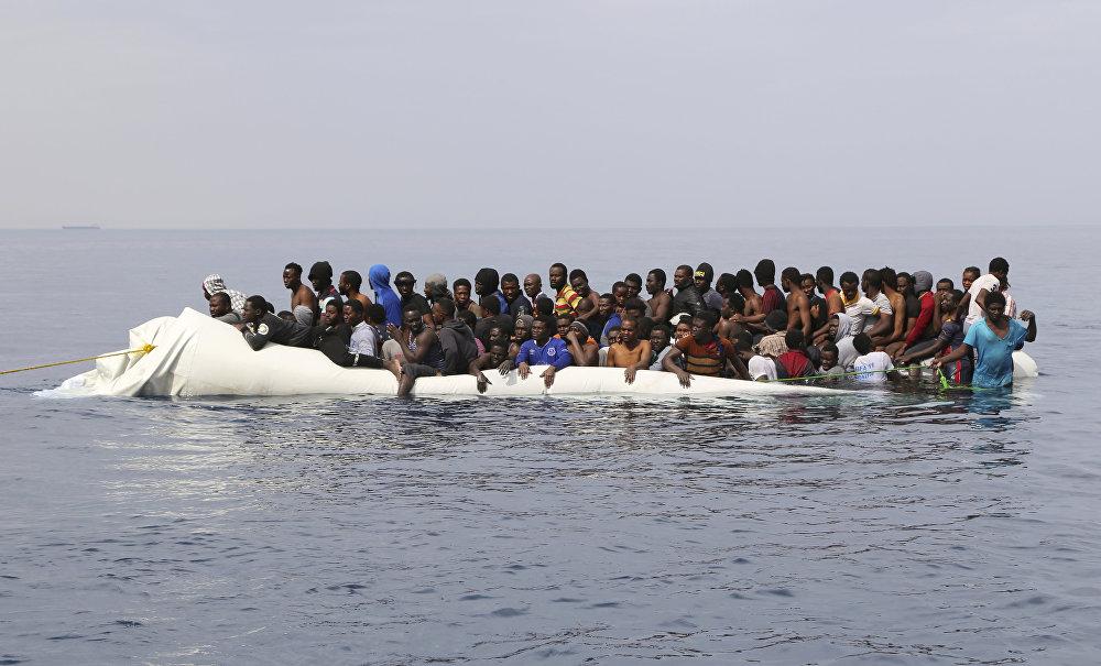 მიგრანტები ელიან დახმარებას ლიბიის საზღვაო ქალაქ ზავიის ნაპირებთან გასაბერი ნავებით შეჯახების შემდეგ. ისინი ევროპაში შესაღწევად ხმელთაშუა ზღვის გადაკვეთას ცდილობდნენ
