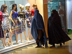 ავღანელი ქალები ჰერათში ტანსაცმლის მაღაზიის ვიტრინასთან
