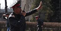 Сотрудники МВД и милиции во время митинга оппозиции в Бишкеке