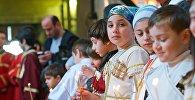 Дети на церковной службе в храме Светицховели в День восстановления автокефалии Грузинской церкви