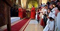 Верующие на церковной службе в храме Светицховели в День восстановления автокефалии Грузинской церкви