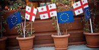 Украшенная флажками Грузии и ЕС часть проспекта Агмашенебели в районе Новый Тифлис